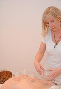 Heilpraktikerin Regina Fischer beim Schröpfen bzw. bei der Schröpfkopfmassage